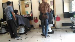 Cara Memangkas Rambut Pria dangan Gaya Rambut Korea